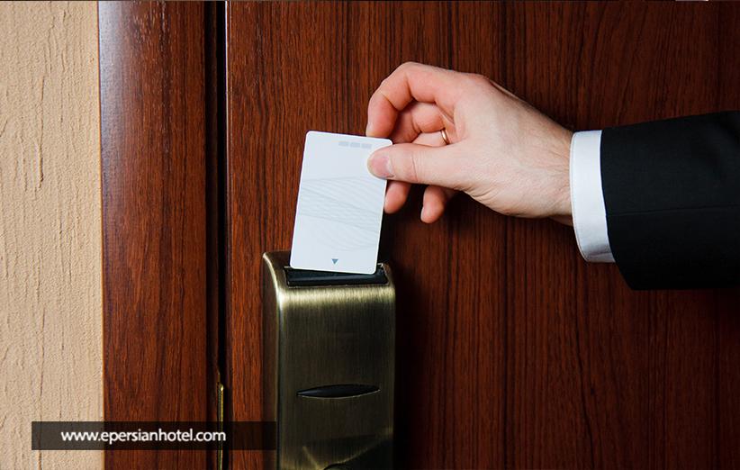 تلفن همراه را در کنارکارت درب اتاق هتل تهران خود قرار ندهید